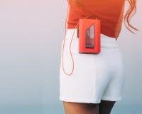 Сексуальная задняя часть довольно молодой женщины стиля спорта представляя на каникулах на улице имея потеху с винтажным красным  Стоковое Изображение RF