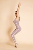 Сексуальная красивая белокурая женщина с совершенной диаграммой танцем спортсмена Стоковые Изображения