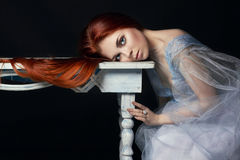 Сексуальная красивая девушка redhead с портретом женщины длинных волос совершенным на черной предпосылке Шикарные волосы и глубок Стоковые Изображения