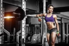 Сексуальная маленькая девочка отдыхая после низких тренировок Брюнет фитнеса стоковые фото