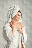 Сексуальная маленькая девочка при темные волосы, большие глаза и темные брови нося белое полотенце whith робы ванны на ее голове Стоковые Фотографии RF