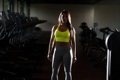 Сексуальная мексиканская женщина представляя в спортзале Стоковая Фотография