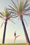 Сексуальная милая девушка в бикини скача или летая вниз Стоковая Фотография