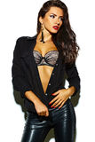 Сексуальная модель девушки брюнет моды в черных одеждах Стоковое Изображение RF
