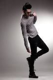 Сексуальная модель человека способа одела вскользь представлять драматический в студии Стоковые Фотографии RF
