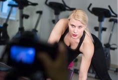 Сексуальная молодая девушка атлетики делая гантели отжимает тренировки Фитнес muscled женщина в черной разминке одежды спорта на  Стоковое фото RF