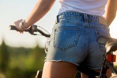 Сексуальная молодая женщина велосипедиста Стоковая Фотография RF