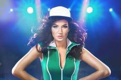 Сексуальная молодая женщина в ультрамодных одеждах на предпосылке с светами стоковое фото rf