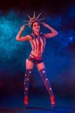 Сексуальная молодая женщина в эротичном стриптизе танцев носки фетиша в ночном клубе Обнажённая сексуальная женщина в костюме выс Стоковое фото RF