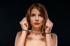 Сексуальная молодая женщина запертая в наручниках Стоковые Фото