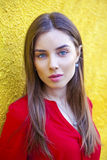 Сексуальная молодая женщина, на фоне желтой стены Стоковые Изображения