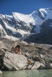 Сексуальная молодая женщина около озера горы стоковые изображения rf