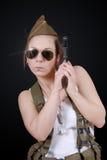 Сексуальная молодая женщина представляя в военной форме WW2 и оружии стоковые фотографии rf