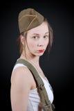 Сексуальная молодая женщина представляя в военной форме WW2 стоковая фотография rf