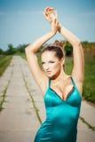 Сексуальная молодая женщина представляя outdoors Стоковое фото RF