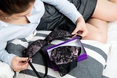 Сексуальная молодая женщина смотря эротичное нижнее белье Стоковое фото RF