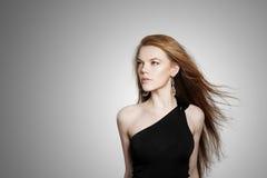 Сексуальная молодая женщина с волосами красного цвета scatter стоковая фотография