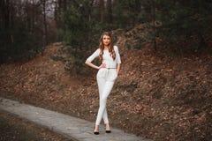 Сексуальная молодая красивая девушка в белом костюме стоковая фотография rf
