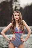 Сексуальная молодая красивая девушка с длинными волосами в a стоковая фотография