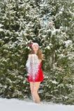 Сексуальная молодая Санта-девушка в лесе ели зимы Стоковые Изображения