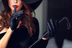 Сексуальная доминантная женщина не показывая никакую беседу Стоковая Фотография RF