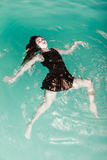 Сексуальная представляя женщина в воде Стоковая Фотография