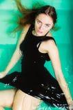 Сексуальная представляя женщина в воде Стоковое Фото
