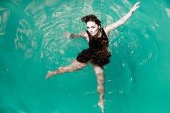 Сексуальная представляя женщина в воде Стоковые Изображения RF