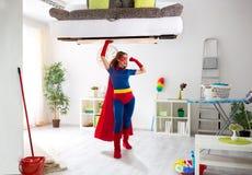 Сексуальная сильная женщина супергероя держа плохой в воздухе Стоковое Изображение RF