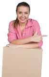 Сексуальная склонность девушки на картонной коробке и пунктах Стоковые Изображения RF