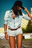 Сексуальная современная модельная женщина в вскользь ткани джинсов Стоковое Изображение
