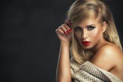 Сексуальная строгая женщина с красными губами стоковые фото