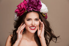 Сексуальная счастливая усмехаясь модель с волосами curle и стоковые фото