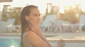Сексуальное божественное брюнет с длинными влажными волосами в a сток-видео