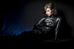 Сексуальное брюнет в черном костюме латекса, моде сняло женщины внутри стоковое изображение rf