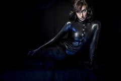 Сексуальное брюнет в черном костюме латекса, моде сняло женщины внутри стоковое фото rf