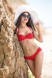 Сексуальное брюнет в ярком красном купальном костюме Стоковая Фотография