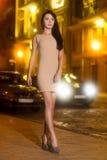 Сексуальное брюнет нося бежевое платье стоковые фото