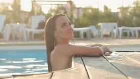 Сексуальное брюнет одело в бикини плавая к акции видеоматериалы