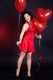 Сексуальное брюнет с сердцем воздушных шаров Стоковые Изображения RF