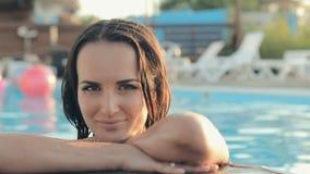 Сексуальное коричнев-наблюданное брюнет с длинными волосами одело внутри акции видеоматериалы