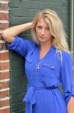 Сексуальное молодое белокурое платье женщины вкратце голубое - мода Стоковые Изображения