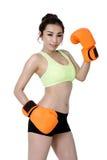 Сексуальные азиатские молодые женщины уменьшают пригонку нося оранжевый бокс перчатки на wh Стоковые Изображения