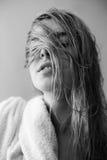 Сексуальные блондинкы с влажными белыми волосами Стоковые Изображения