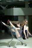 Сексуальные девушки с вагонеткой покупок Стоковая Фотография RF