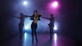 Сексуальные девушки танцуя в первоначально обмундировании в светах Закоптелая студия видеоматериал