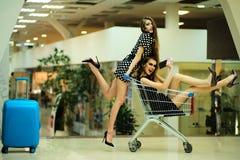 Сексуальные женщины с вагонеткой и сумкой покупок Стоковая Фотография RF