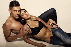 Сексуальные красивые пары в джинсах Стоковые Фотографии RF