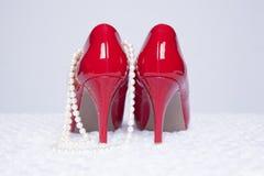 Сексуальные красные насосы с жемчугами Стоковые Фото