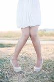 Сексуальные ноги женщины на высоких пятках outdoors Стоковая Фотография
